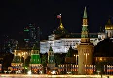 Kreml- och tusen dollarKremlslott i Moskva arkivbild
