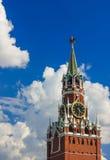 Kreml på blå himmel med frodiga storartade moln Arkivfoton