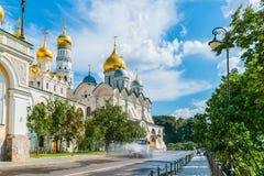 Kreml turnerar 30: Spridaremaskinen bevattnar stren Arkivbilder