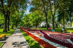 Kreml turnerar 32: Turister i hemlig trädgård av Royaltyfria Foton