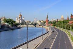 Kremlevskaya基督堤防和大教堂看法救主在莫斯科在一个晴朗的夏天早晨 免版税库存照片