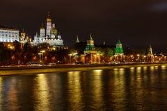 Kremlevskaya invallning nära MoskvaKreml på natten med belysning Historiskt mittlandskap för Moskva royaltyfria bilder
