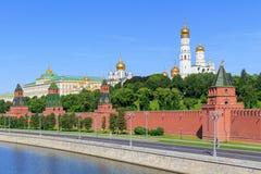 Kremlevskayadijk op een de torensachtergrond van Moskou het Kremlin in zonnige de zomerochtend royalty-vrije stock foto