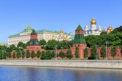 Kremlevskayadijk van Moskva-rivier dichtbij Moskou het Kremlin in zonnige de zomerochtend stock afbeelding