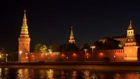 Kremlin ściana i góruje na bankach Moskwa rzeka przy nocą zbiory