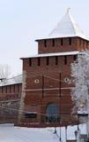 Kremlin ściana Ivanovskaya przy Nizhny Novgorod w zimie i wierza. Obraz Stock