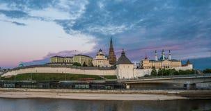 Kremlin de Kazan e mesquita de Kul Shariff, tempo do por do sol com moonrise, arquitetura da cidade bonita de Kazan, Kazan, Tarta video estoque