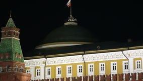 Kremlin de Moscou e bandeira de Rússia na noite filme