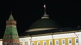 Kremlin de Moscou e bandeira de Rússia na noite video estoque
