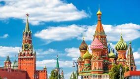 Kremlin de Moscou e catedral do ` s da manjericão do St no quadrado vermelho fotografia de stock royalty free