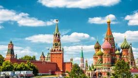 Kremlin de Moscou e catedral do ` s da manjericão do St, Rússia foto de stock