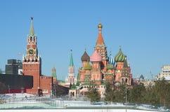 Kremlin de Moscou e o templo da manjericão do St abençoada, Rússia Fotografia de Stock Royalty Free