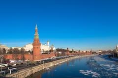 Kremlin de Moscou em Rússia Terraplenagem do rio de Moskva fotografia de stock royalty free