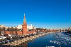 Kremlin de Moscou em 2017 Terraplenagem do rio de Moskva Rússia imagens de stock royalty free