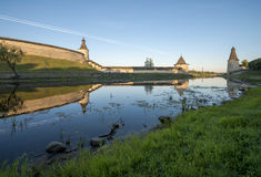 Kremlin de Pskov do lado do rio de Pskova no nascer do sol Imagens de Stock Royalty Free