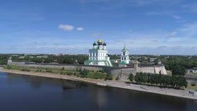 Kremlin de Pskov e catedral da trindade, dia ensolarado Vídeo da antena de Pskov, Rússia video estoque
