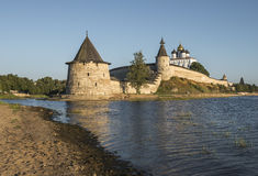 Kremlin de Pskov na afluência de dois rios, no grande e em Psk Foto de Stock