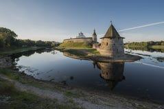 Kremlin de Pskov na afluência de dois rios Velikaya e Pskov Imagens de Stock Royalty Free