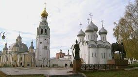 Kremlin de Vologda e os monumentos no quadrado vídeos de arquivo