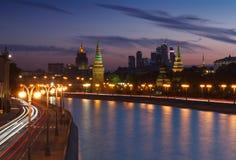 Kremlin e arranha-céus de Moscou no por do sol Fotografia de Stock