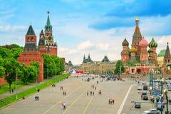 Kremlin e catedral da manjericão do St no quadrado vermelho em Moscou imagem de stock