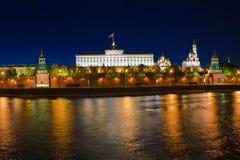 Kremlin em Moscovo na noite Fotos de Stock Royalty Free