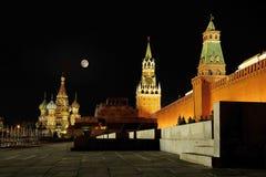 Kremlin et cathédrale de basilic de rue Photographie stock libre de droits