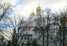 Kremlin interno Opinião Ivan a grande torre de Bell, MOSCOU, RÚSSIA imagem de stock