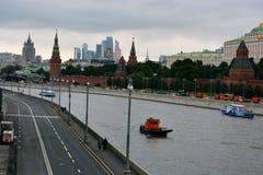 Kremlin l'avant à Moscou, rivière avec le véhicule, derrière les gratte-ciel images libres de droits