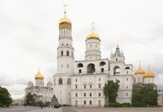 kremlin Mening van de kathedralen Toeristen die sig bezoeken Stock Fotografie