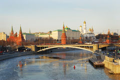 kremlin moscow разветвляет зима взгляда вала снежка ели красивейшая вода отражения Стоковые Изображения