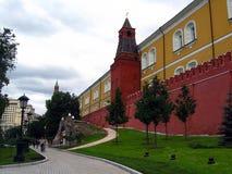 kremlin moscow Alexanderss trädgård Folket går i trädgården Royaltyfri Bild