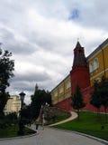 kremlin moscow Alexanderss trädgård Folket går i trädgården Royaltyfria Bilder