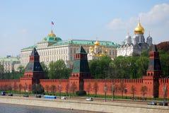 kremlin moscow Den stora Krelmin slotten med en rysk flagga Arkivbild