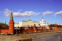 kremlin moscow Djupfryst Moskvaflod royaltyfri bild