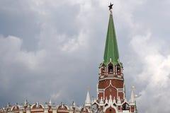 kremlin moscow Färgfoto Treenighettorn och gammal vägg som göras av röda tegelstenar royaltyfria foton