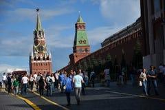 kremlin moscow spasskayatorn Folket går på den röda fyrkanten Färgfoto Arkivfoto