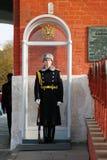 kremlin moscow Vakt på stolpen på ingången till Treenighettornet Arkivbild