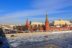 kremlin moscow vinter Sikt från den Sofiyskaya invallningen royaltyfri foto