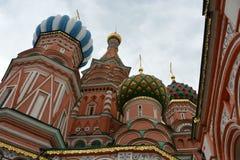 Kremlin przeciw niebu w Moskwa od bocznej architektury dno Fotografia Stock