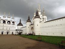 kremlin rostov Biały kościół przeciw ciemnemu burzowemu niebu Obraz Stock