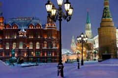 Kremlin står hög i den snowing aftonen för vintern, Moscow Arkivfoto