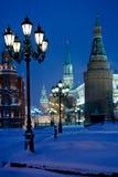 Kremlin står hög i snowing natt för vinter Royaltyfria Foton