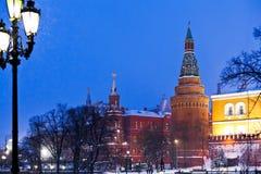 Kremlin står hög och den Alexander trädgården i den snowing aftonen för vintern, Mo Royaltyfri Bild