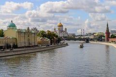 Kremlinvallning på Moskvamitten med den kremlin väggen, den Moskva floden och domkyrkan av Kristus frälsaren, ryss Feder Arkivbild