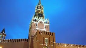 Kremlklocka eller KremlChimes, Kremlvägg, röd stjärna, slut upp, blå himmel stock video