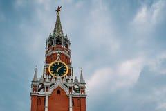 Kremlowscy kuranty na Spasskaya wierza Moskwa Kremlin na placu czerwonym w śródmieściu Rosyjski kapitał fotografia stock