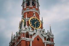 Kremlowscy kuranty na Spasskaya wierza Moskwa Kremlin na placu czerwonym w śródmieściu Rosyjski kapitał obraz stock