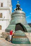 Kremlowska wycieczka turysyczna 22: Turysta sprawdza cegiełkę Tsar b Fotografia Stock