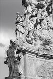 Kremnica -巴洛克式的三位一体专栏的Safarikovo广场和细节与圣Sebastian和圣约瑟夫的 免版税库存图片